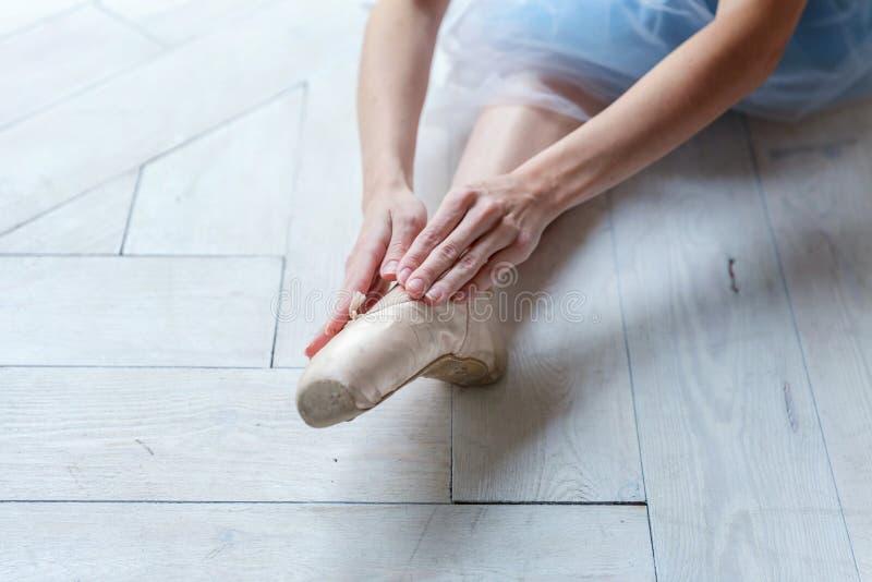 Ballet-bailarín joven que se sienta en el piso fotos de archivo libres de regalías