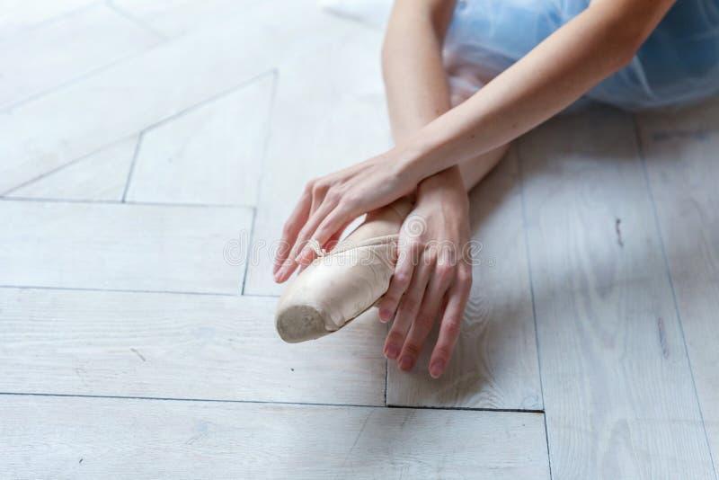 Ballet-bailarín joven que se sienta en el piso foto de archivo libre de regalías