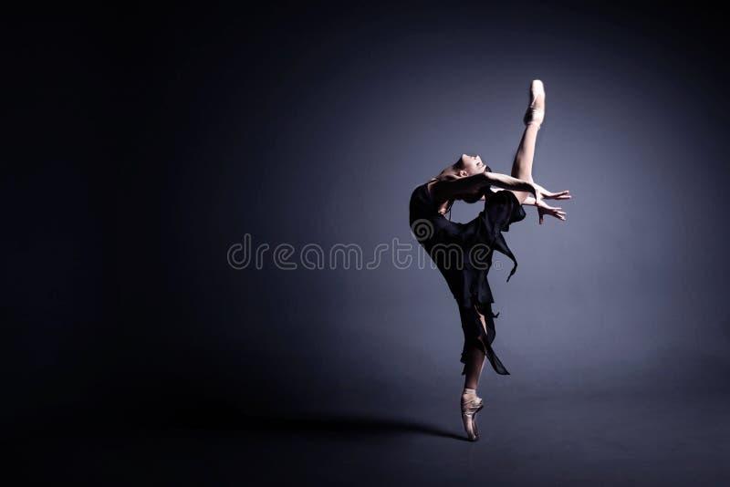 Ballet in dark stock foto's