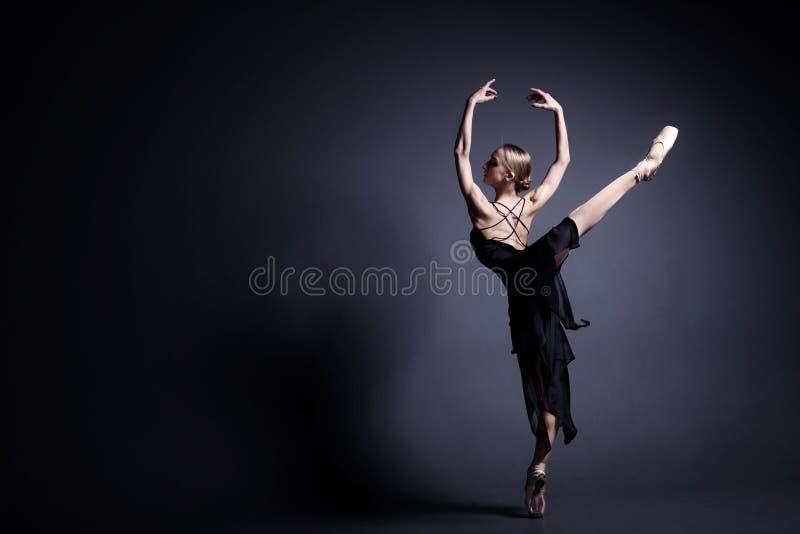 Ballet in dark royalty-vrije stock afbeeldingen