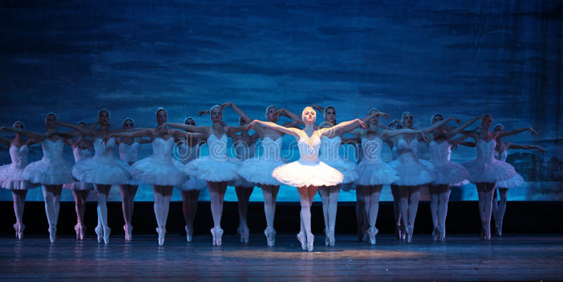 Ballet de lac swan exécuté par le ballet royal russe images stock