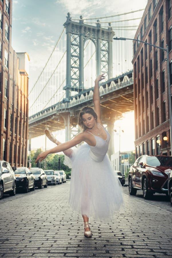 Ballet elegante del baile de la mujer del bailarín de ballet en la ciudad imagen de archivo