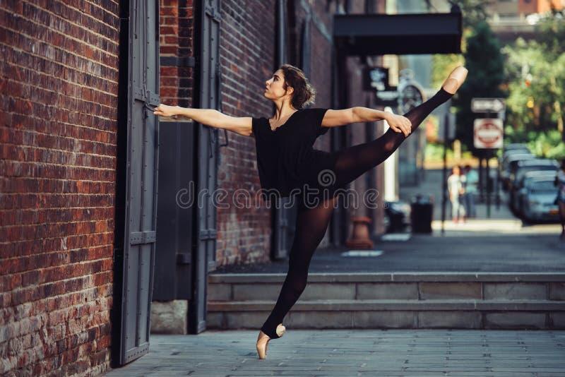 Ballet elegante del baile de la mujer del bailarín de ballet en la ciudad foto de archivo