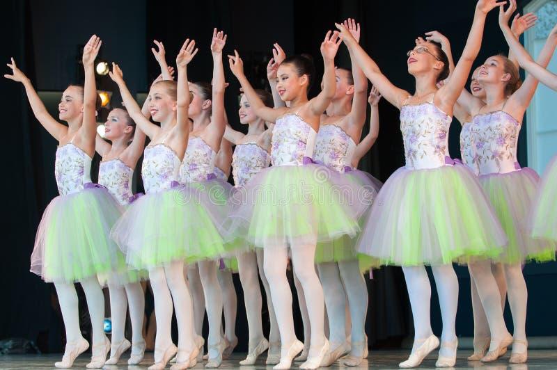 Ballet en el parque imagenes de archivo