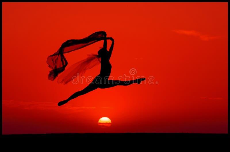 Ballet en la puesta del sol imagenes de archivo
