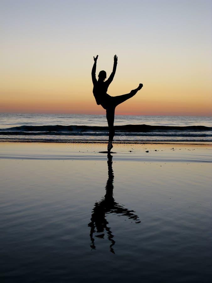 Ballet que presenta en la puesta del sol fotos de archivo