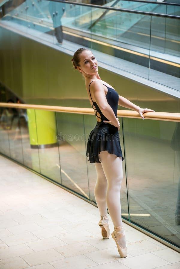 Balletdanser bij roltrap stock afbeeldingen