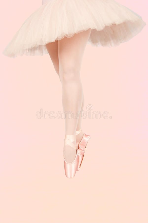 Balletdanser die zich op kleurrijke vloer bevinden terwijl artistiek dansen royalty-vrije stock foto