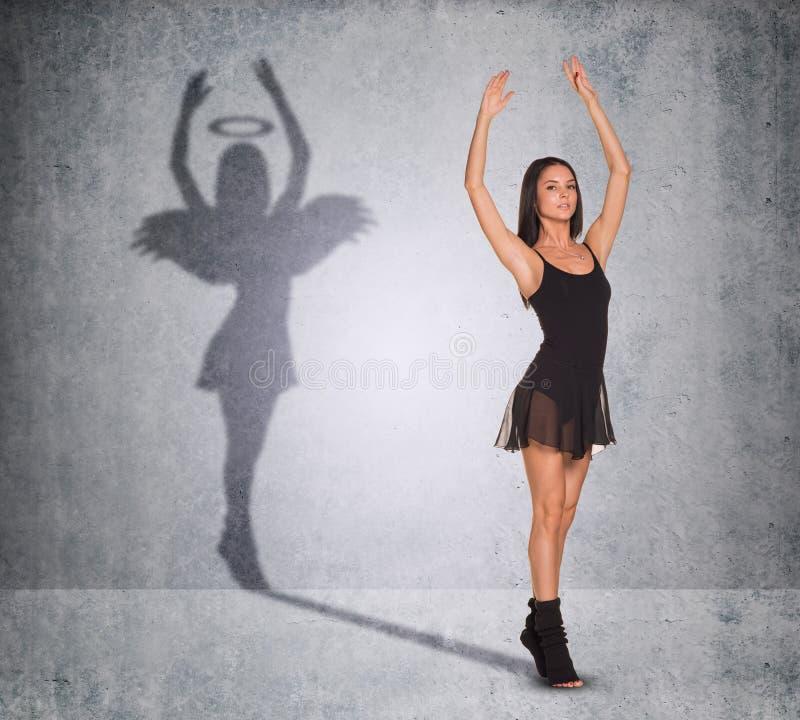 Balletdanser met schaduw die engelenkant tonen stock afbeelding