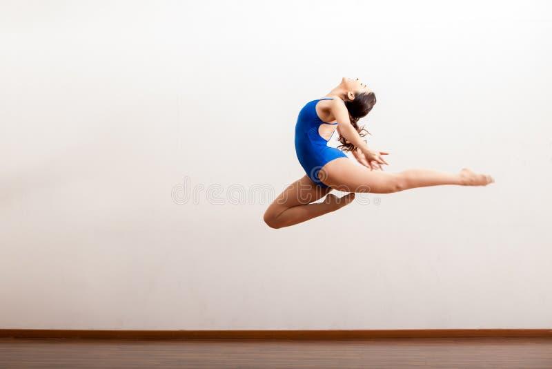 Balletdanser omhoog in de lucht stock foto