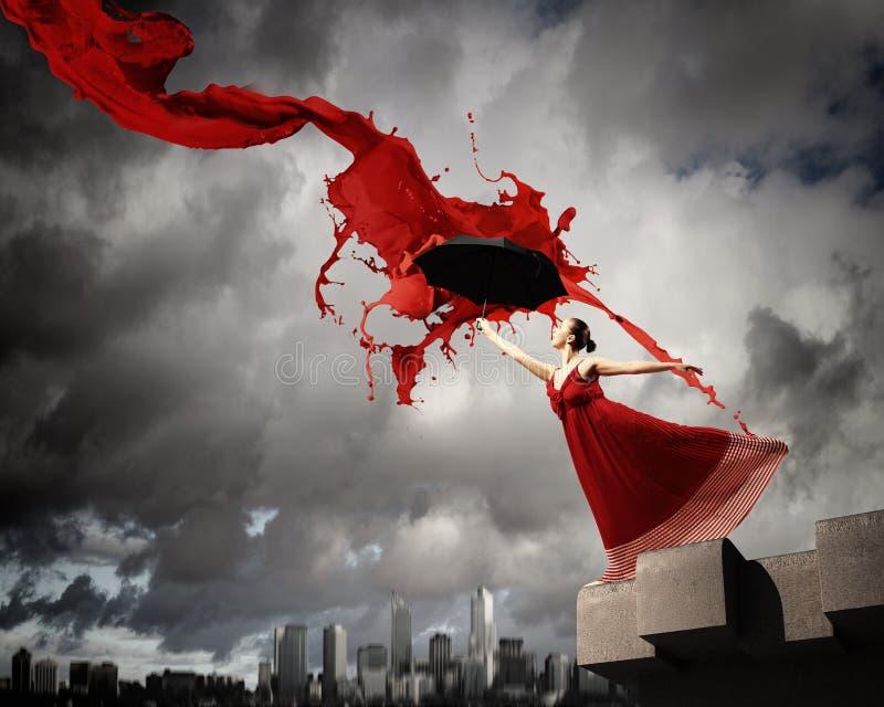 Balletdanser in vliegende satijnkleding met paraplu royalty-vrije stock afbeeldingen