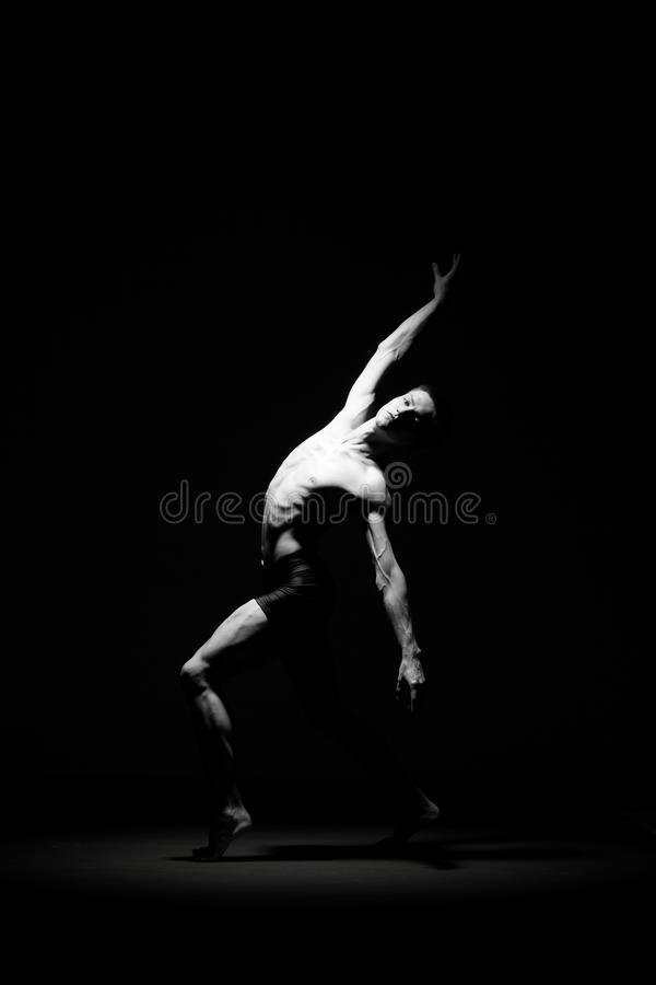 Balletdanser in zwarte stock afbeelding