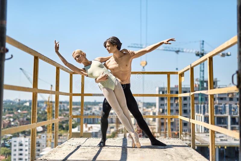 Balletdansers die bij concreet balkon stellen royalty-vrije stock afbeeldingen