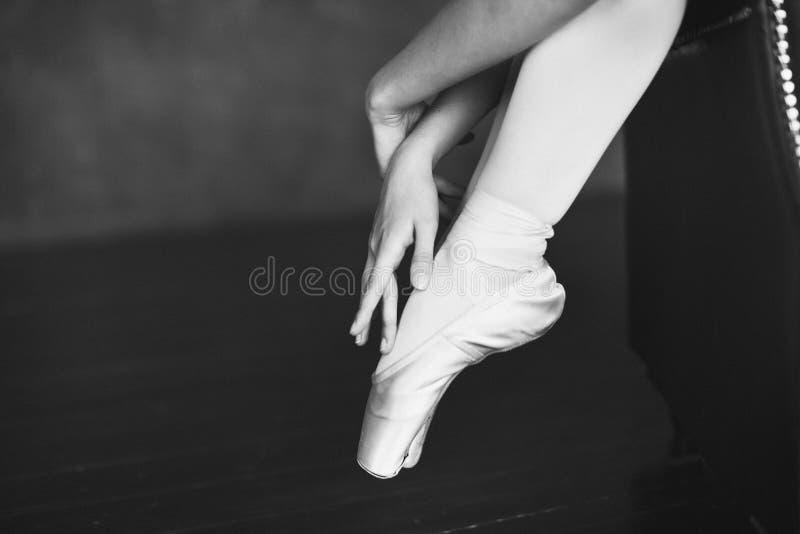Balletmeisje in een leunstoel stock foto's