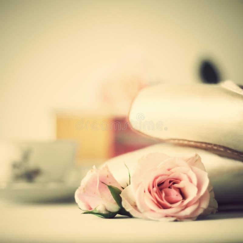 Balletschoenen en rozen stock foto