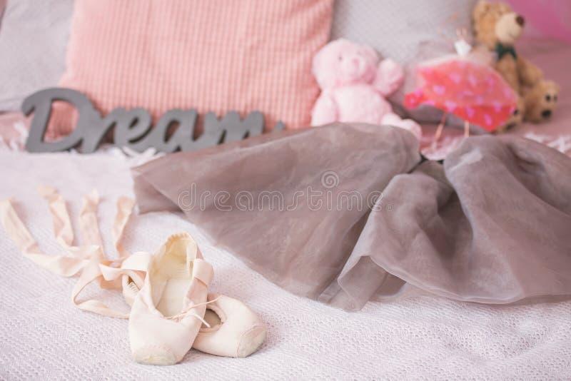 Balletschoenen van jonge danser stock afbeeldingen