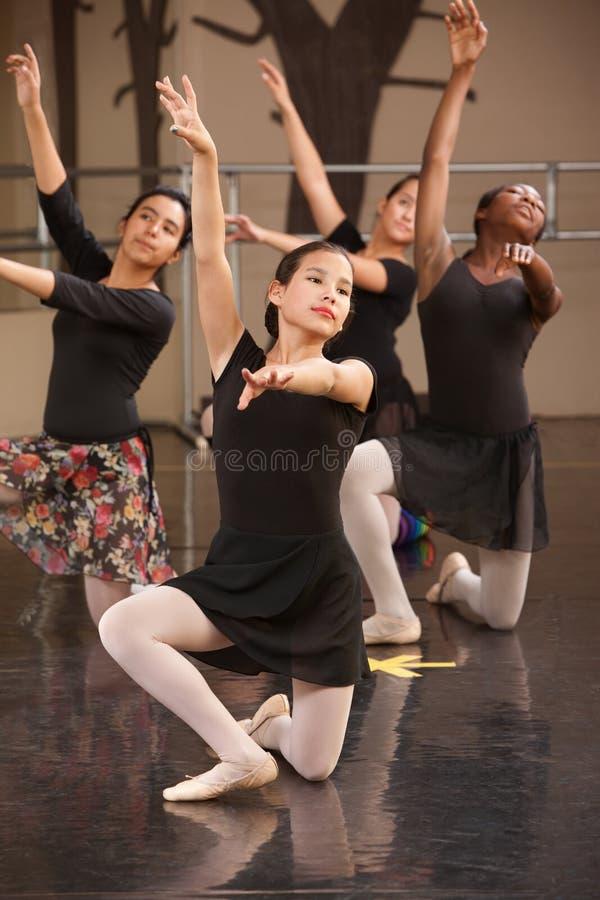 Ballett-Gruppen-Knien lizenzfreie stockfotos