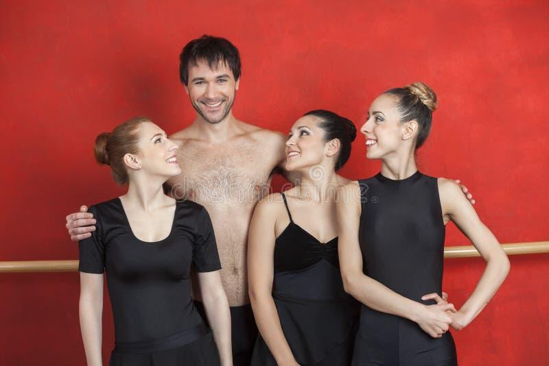 Ballett-Tänzer, die männlichen Lehrer In Studio betrachten lizenzfreie stockfotografie