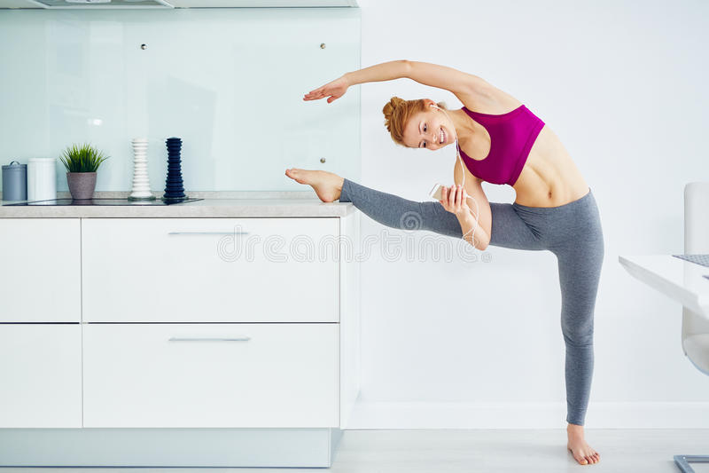 Ballett-Tänzer Practicing zu Hause stockfotografie