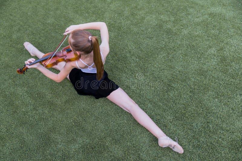 Ballett und Violine lizenzfreie stockbilder