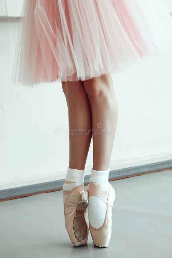 Ballettfüße des kleinen Mädchens stockfotos