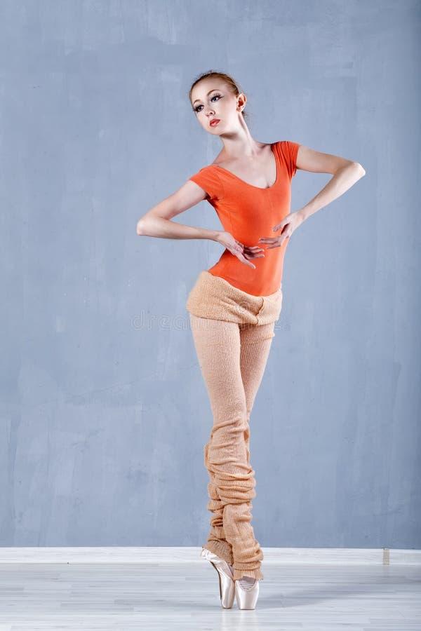 Balletto classico nella prestazione una ballerina esile Sulla punta dei piedi immagini stock libere da diritti