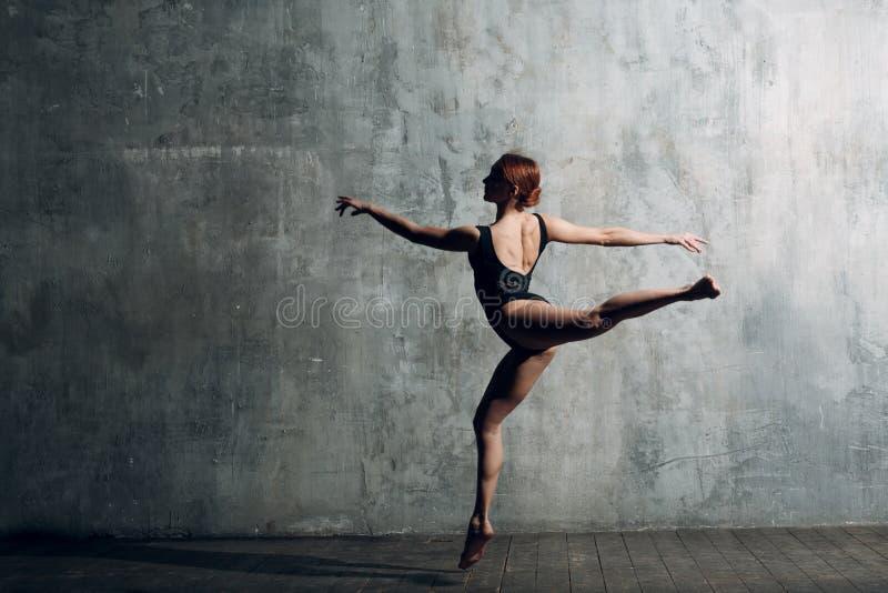 Balletto moderno, grande progettazione per qualsiasi scopi Ballerina del ballerino di balletto Addestramento dell'equilibrio Stil immagini stock