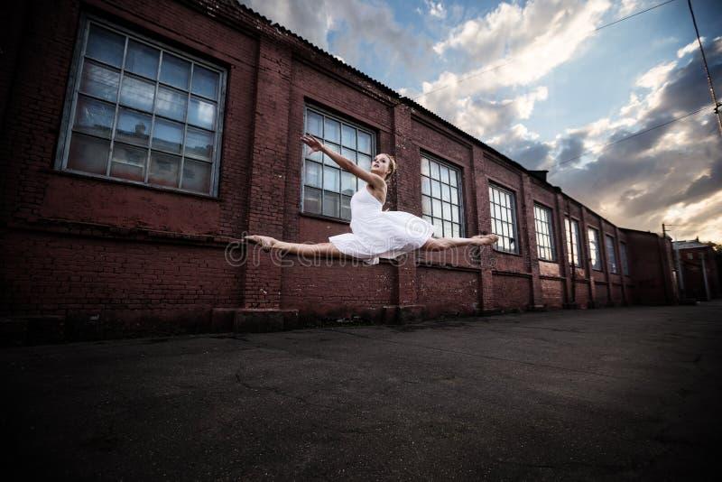 Balletto nella vecchia città fotografia stock libera da diritti