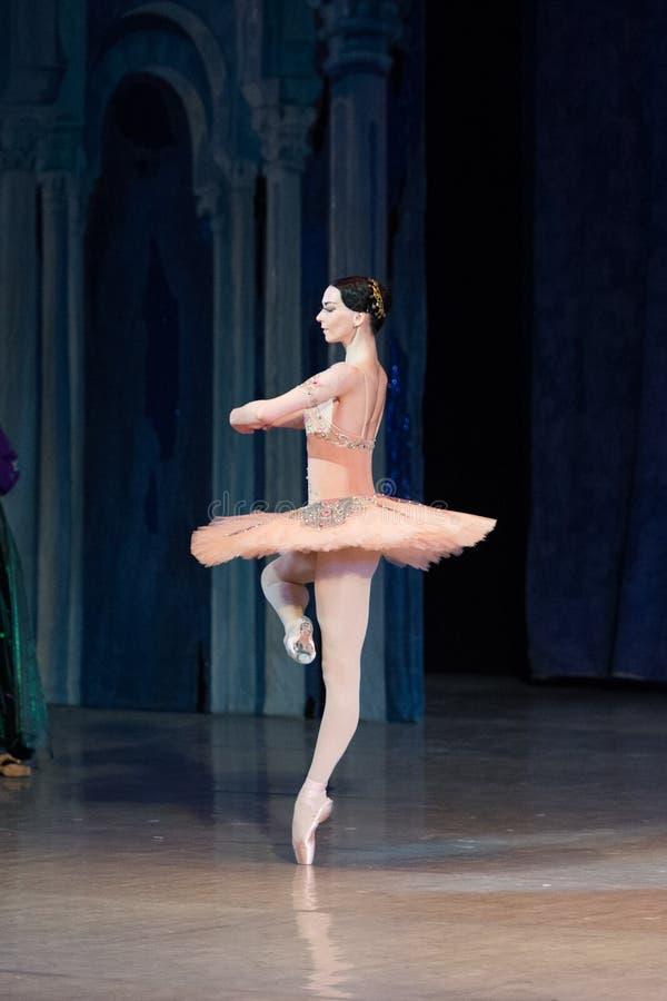 Balletttänzer-Ballerinatanzen während des Balletts Corsar stockfotos