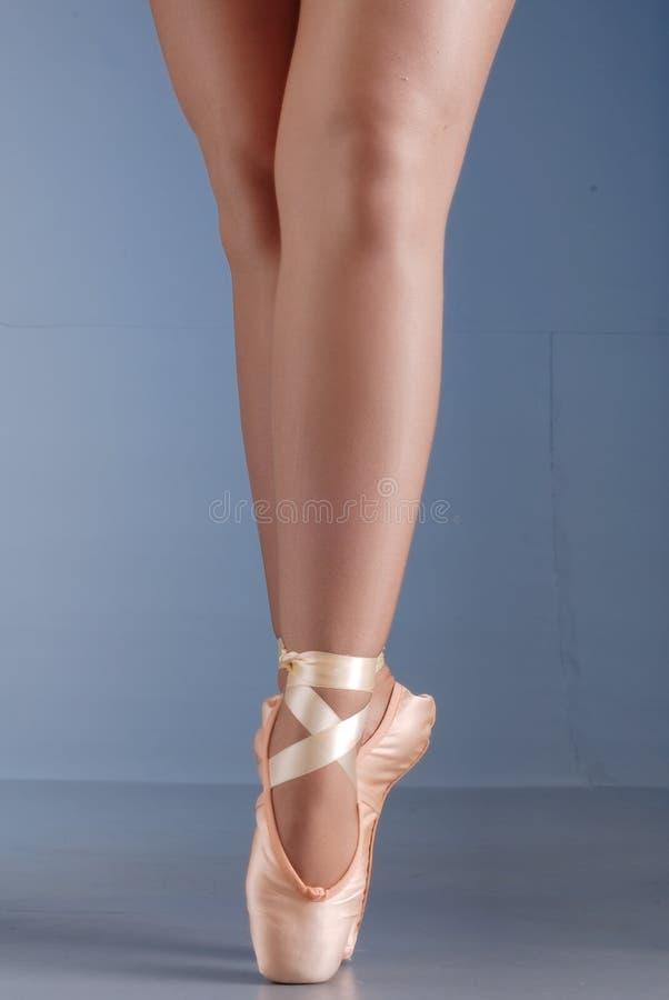 Balletttänzerfüße auf pointes stockbilder