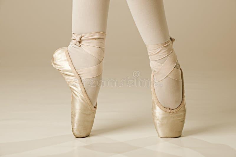 Balletttänzerfüße - Gold lizenzfreies stockbild