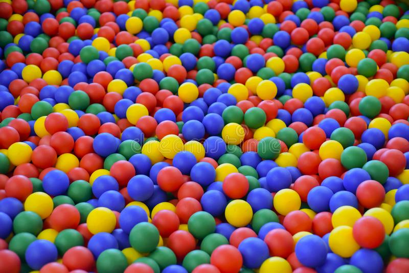 Ballfarbe für Kind Viele bunten Plastikbälle Kinderraum Farbige Plastikspielzeugbälle der unterschiedlichen Farbe für die Kinder stockfoto