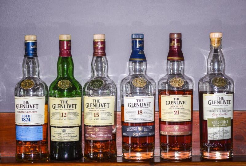 BALLINDALLOCH,莫雷/苏格兰 — 2016年8月24日:Glenlive Single Malt苏格兰威士忌酒瓶系列 图库摄影