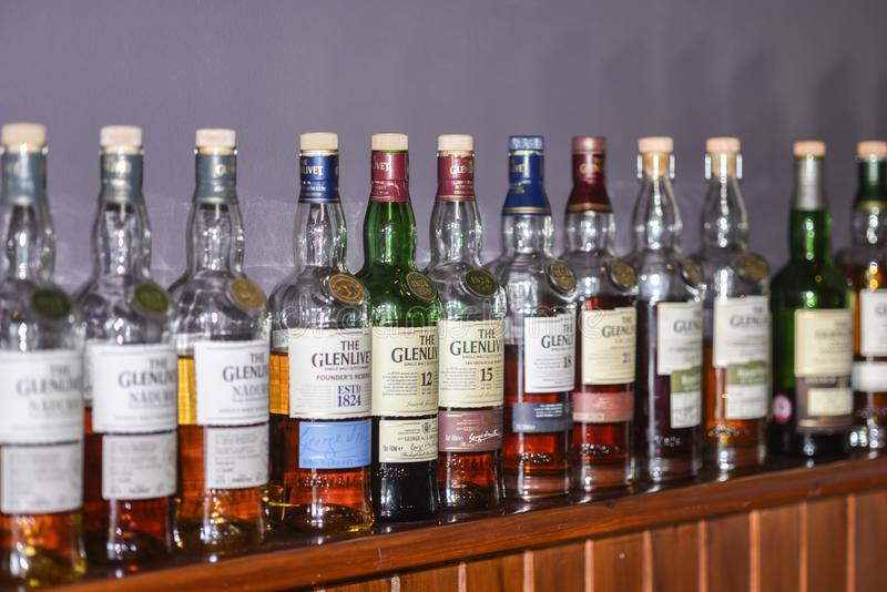 BALLINDALLOCH, MORAY/ΣΚΩΤΊΑ - 24 ΑΥΓΟΎΣΤΟΥ 2016: Μπουκάλια μιας επιλογής του σκωτσέζικου ουίσκυ βύνης Glenlivet ενιαίου στοκ εικόνες