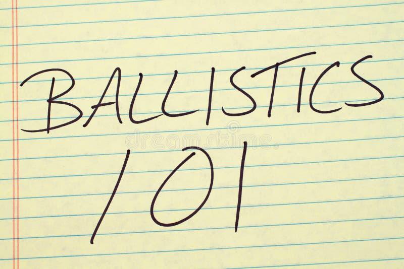 Ballistiek 101 op een Geel Wettelijk Stootkussen stock foto