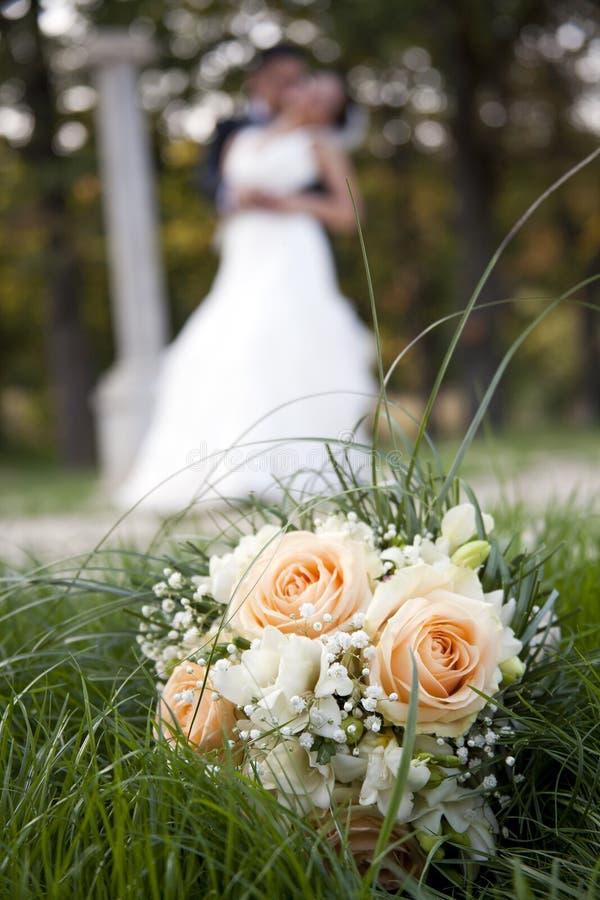 Ballo, baci e mazzo di giorno delle nozze del fiore immagine stock