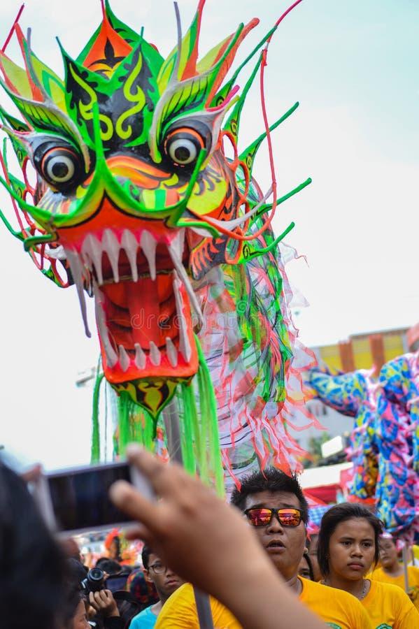Ballo cinese del drago fotografato con il telefono cellulare immagine stock libera da diritti