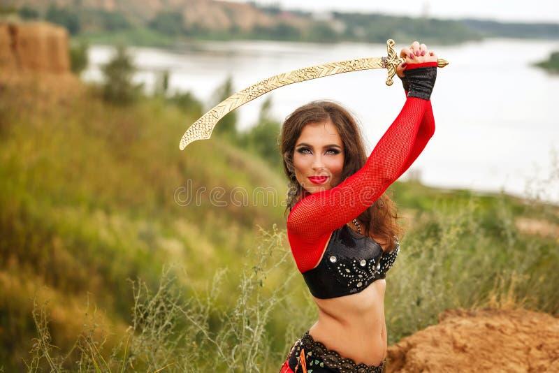 Ballo con una spada Stile tribale fotografie stock