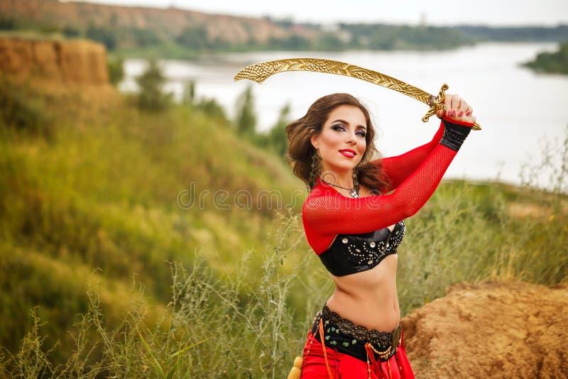 Ballo con una spada Stile tribale immagine stock libera da diritti