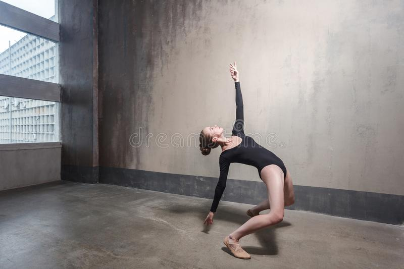 Ballo, concetto del movimento Dancing biondo della donna in st contemporanea fotografia stock libera da diritti
