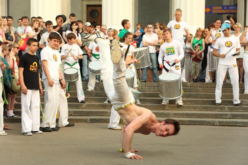 Ballo dell'uomo sulla prestazione reale di capoeira fotografia stock