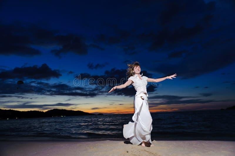 Ballo della donna sulla spiaggia fotografia stock