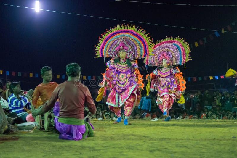 Ballo di Chhau, ballo marziale tribale indiano alla notte in villaggio immagini stock