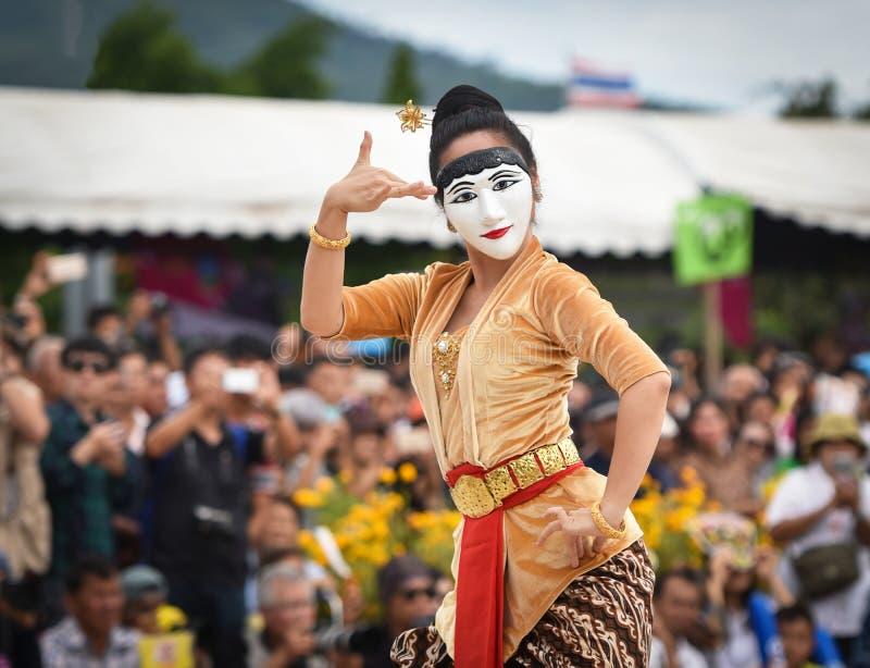 Ballo di manifestazione dell'Indonesia della maschera immagine stock