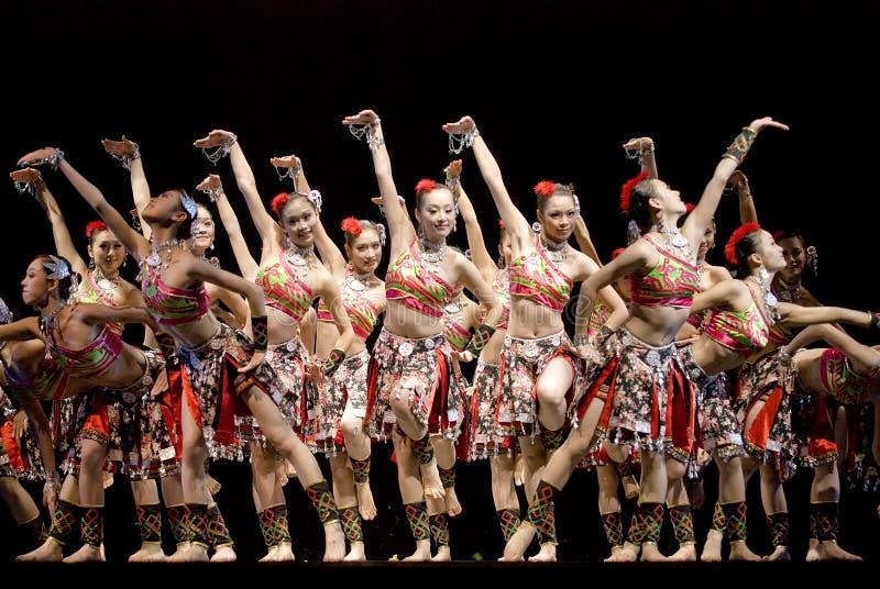 Ballo di piega cinese: Le canzoni waft fra il paesaggio fotografia stock