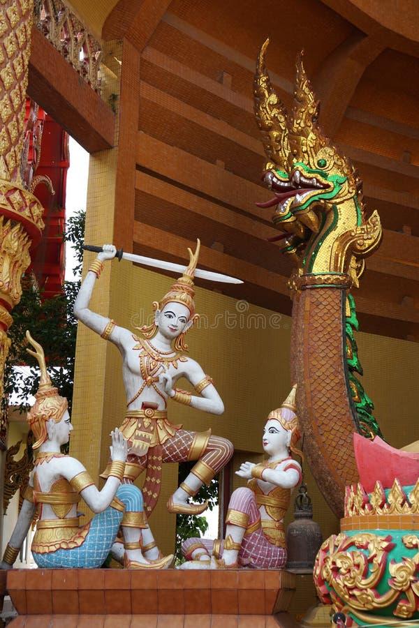 Ballo di spada tailandese di angoli con la statua del naga immagine stock