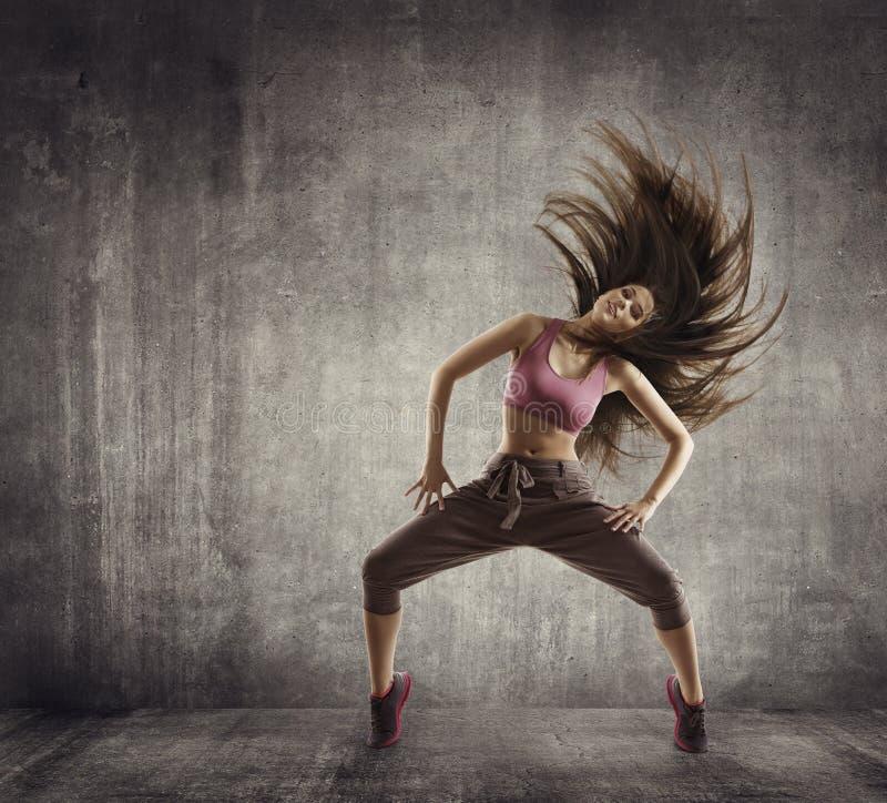 Ballo di sport di forma fisica, ballerino Flying Hair Dancing, calcestruzzo della donna immagine stock