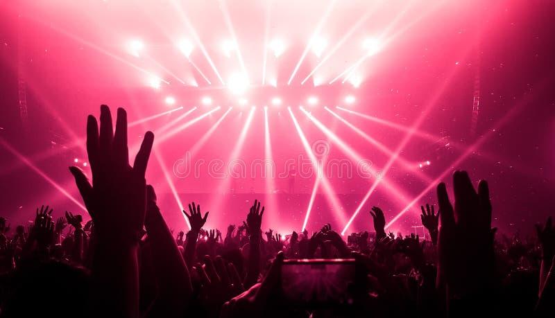 Ballo felice della gente nel concerto del partito del night-club fotografia stock libera da diritti