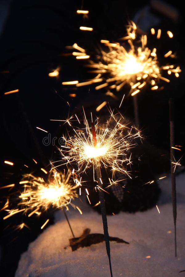Ballo luminoso delle luci di Bengala nelle ombre di notte su fondo nero un flash luminoso delle stelle filante fotografie stock