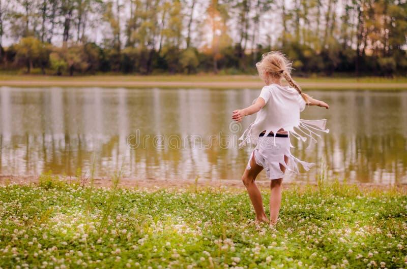 ballo selvaggio dal fiume fotografia stock